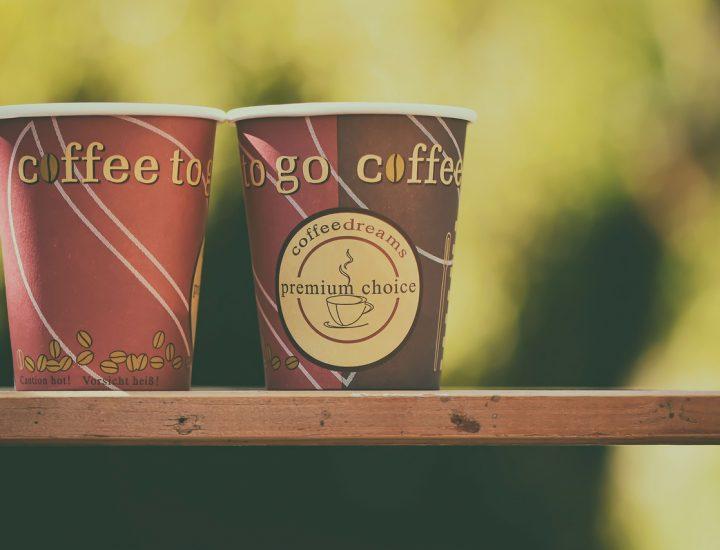 Unternehmenswerbung auf Kaffeebechern